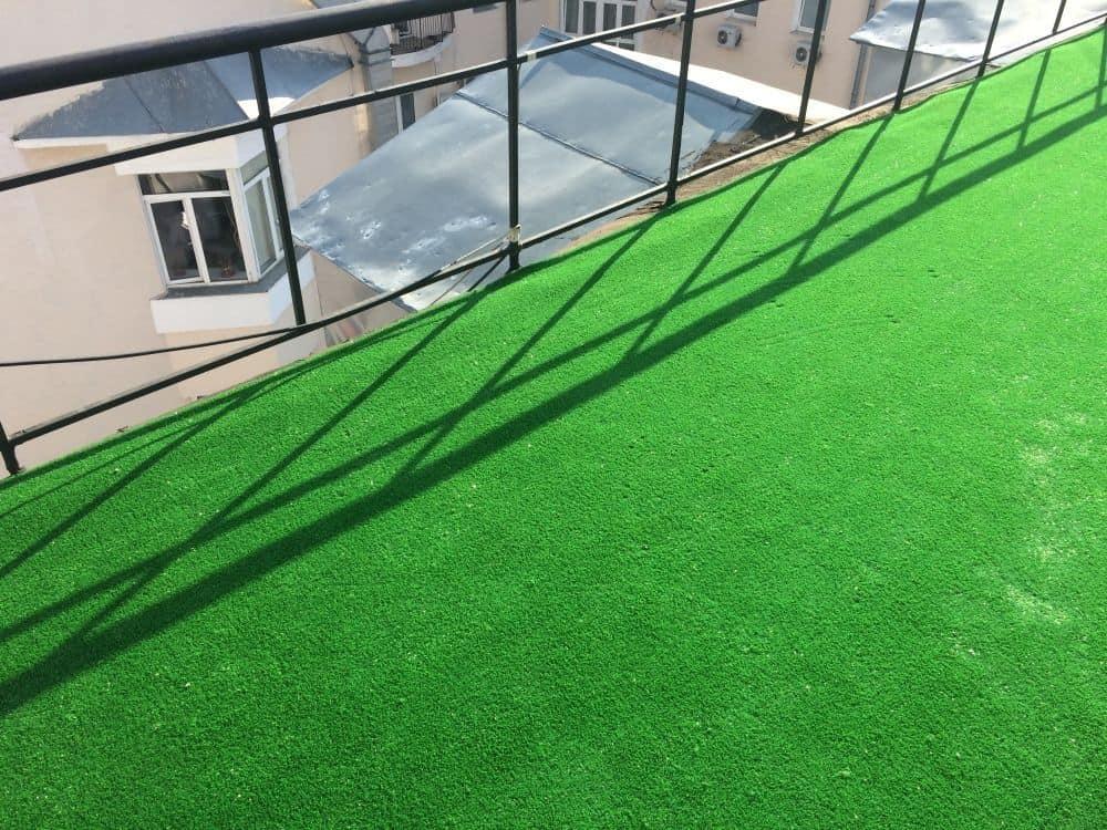 Искусственная трава Калинка Лайм на крыше дома