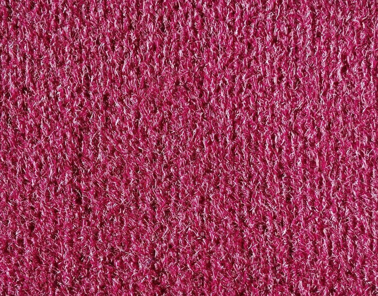 Розовый искусственный газон
